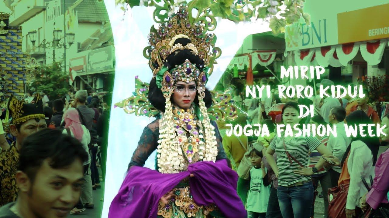 Peserta Ini Mirip Nyi Roro Kidul Pada Karnaval Jogja Fashion Week