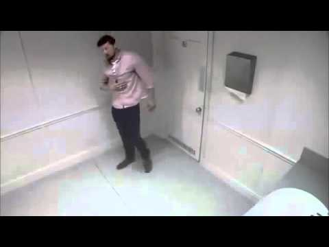Скрытая камера в общественном туалете, где девушки писают