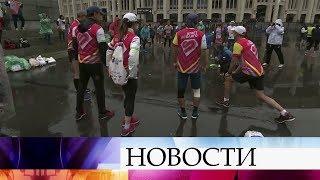Тысячи людей принимают участие в Московском марафоне.