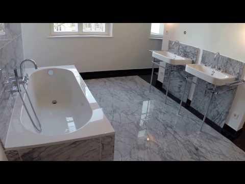 Große Badezimmer mit hellen und dunklen Marmorplatten