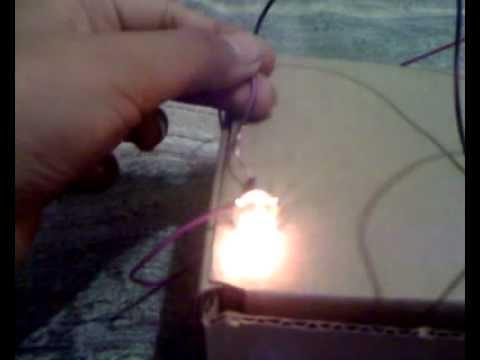 Como encender un foco con una pila youtube for Focos led a pilas