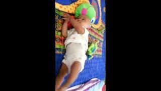 Bayi ghina tertawa diangkat pantatnya