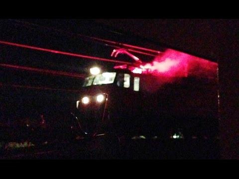 信号炎管(鉄道信号)を焚くレッドサンダーEF510-15 信越線上で緊急停止。