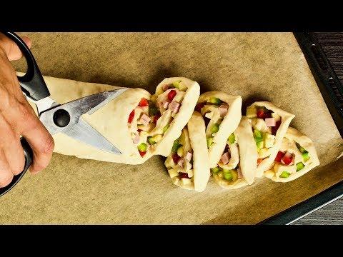 Режем рулет ножницами... Настоящая вкуснота для перекуса или ужина