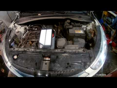 Hyundai IX35 замена воздушного фильтра. Hyundai Tucson IX35 Replacing The Air Filter