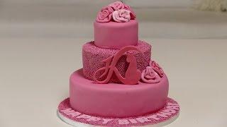 Ein Traum in Pink   3-stöckige Mini-Fondanttorte mit Daniela Katzenberger Logo