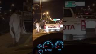 بالفيديو.. شاب يوقف سيارته على شارع بالدمام ليؤدي رقصة غريبة بخنجره معطلاً حركة السير
