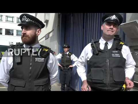 : Assange arrested in London: stakeout at police station