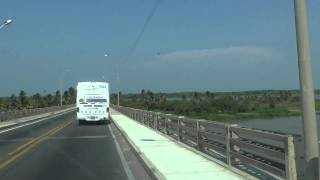 Cruzando el Puente López Pumarejo en el Río Magdalena, Barranquilla, Colombia