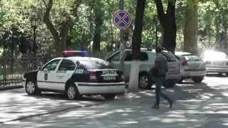 Poliția parchează pe gazon. Când sunt filmați, schimbă locul