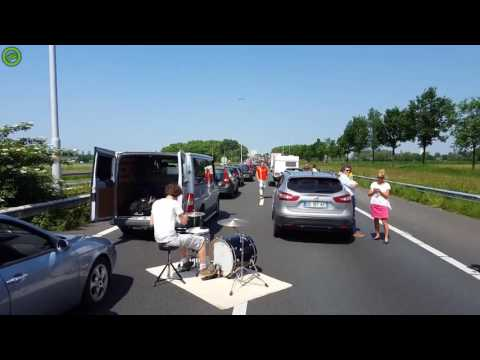 The Moods drummer starts a traffic jam session