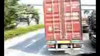 トレーラー・コンテナ横転事故の瞬間映像 thumbnail