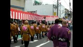 袴の最後尾に越谷市長・高橋努氏(3分18秒から3分40秒付近)