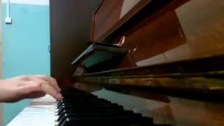 Вова играет 'Шерлок' на пианино