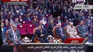 بالفيديو.. السيسي يحرج مذيعة التلفزيون المصري: «إديني فرصة اتكلم»