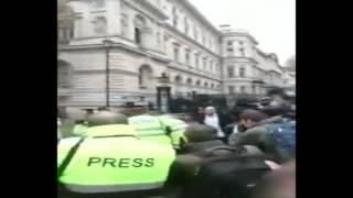 بالفيديو .. الاعتداء على أحمد موسى بـ«بيضة» أثناء تغطية زيارة السيسي لبريطانيا