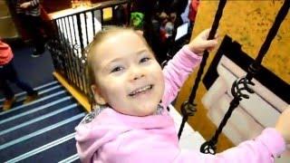 Смотреть видео Видео для детей. Дом вверх дном.  Зеркальный лабиринт. Куда сходить в Москве. Москва для детей. онлайн