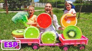 Vlad y Nikita se esconden y buscan fruta en la granja