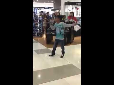 garotinho arrasa cantando LISTEN em  karaoKê do shopping !!