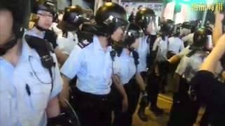 2014 11 25 雨傘革命 佔領街道 2115 警員於上海街推進 期間施放催淚水劑 更用盾牌推撞示威者與記者
