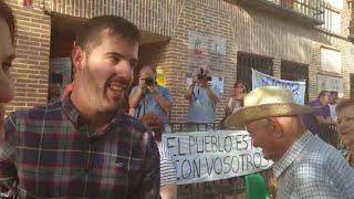 El alcalde de Fontanar tras declarar ante los medios y apoyado por los vecinos