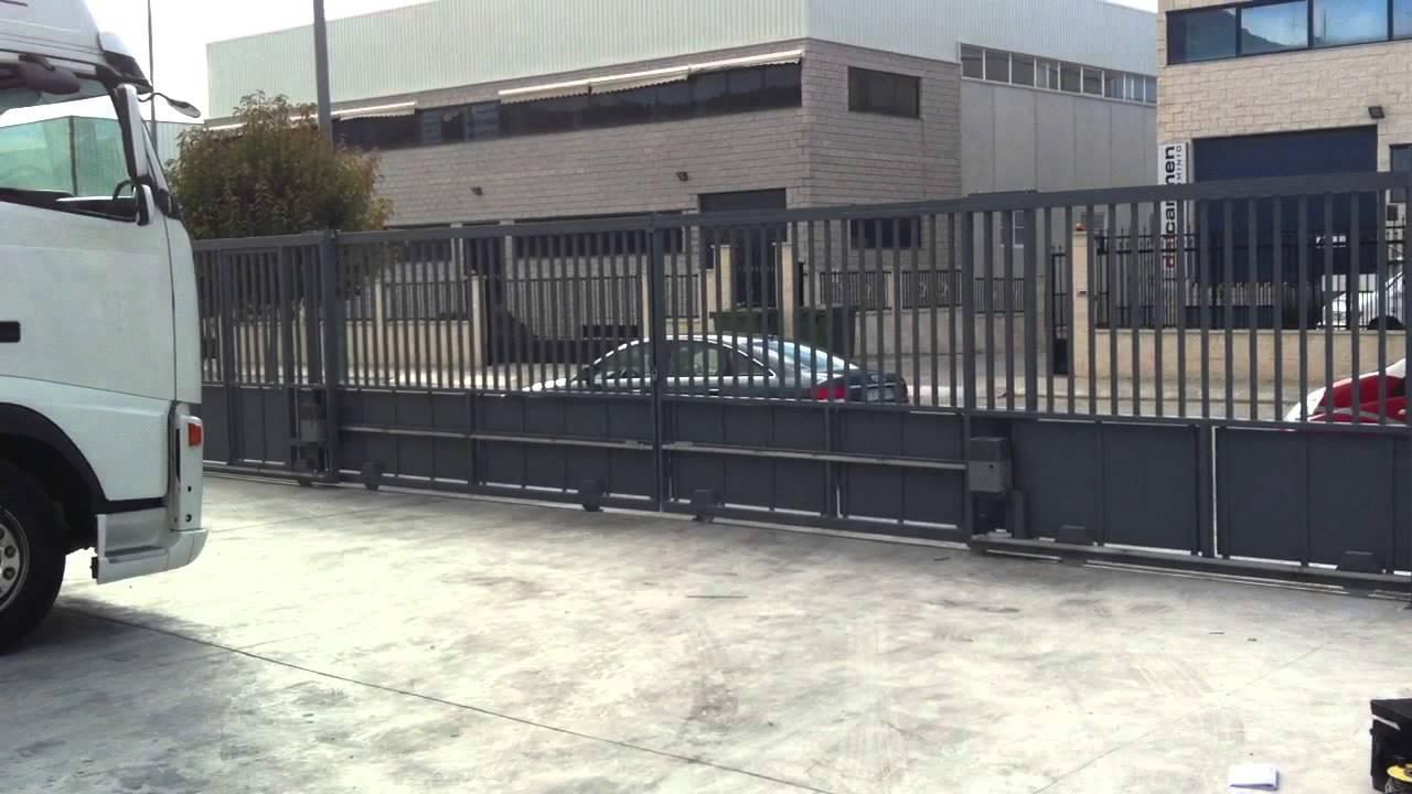C mo funciona una puerta corredera autom tica youtube for Puerta corredera exterior jardin