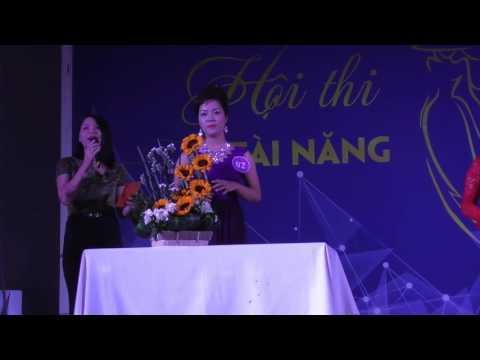 Thuyết trình về tiết mục cắm hoa của cô Trần Thị Thảo