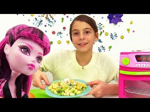 Игры #МонстерХай и лучшая подружка Вика. Видео для девочек: готовим фруктовый салат.