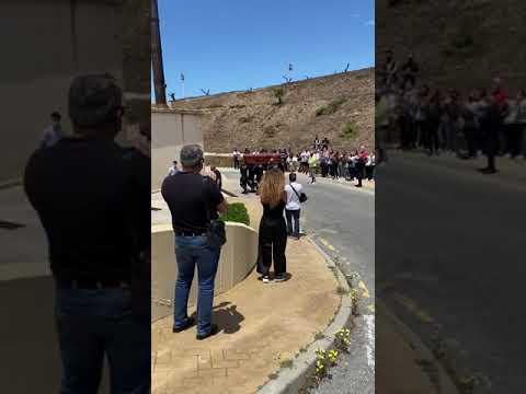 Sus compañeros bomberos acompañan a Pepe Mata hasta Santa Catalina