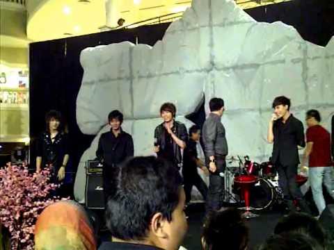 FAVOR boysband performing