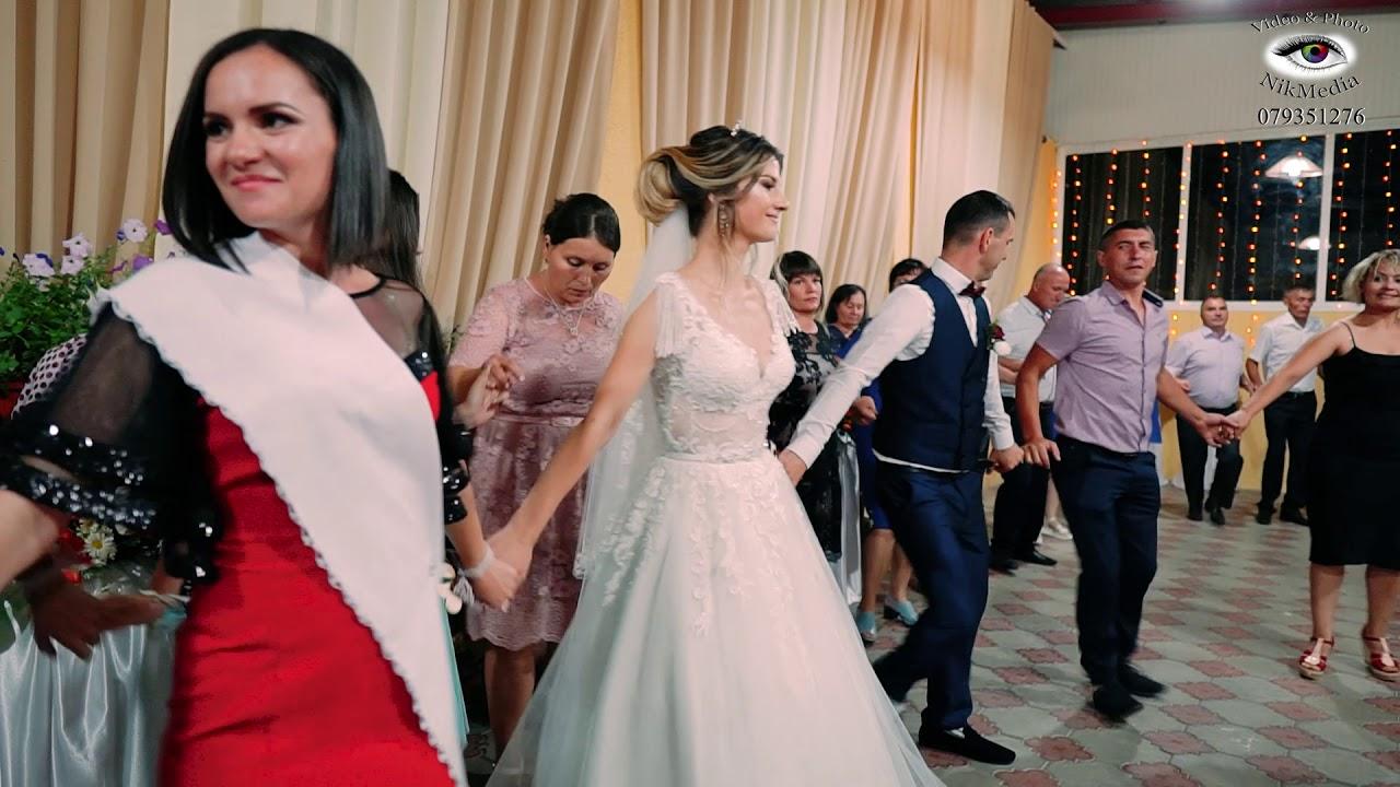 Atentie la mire, cat de frumos  danseaza. Nunta de pe malul Prutului