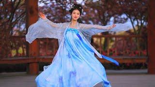 Красавица в Ханьфу танцует осенью в кленовых листьях