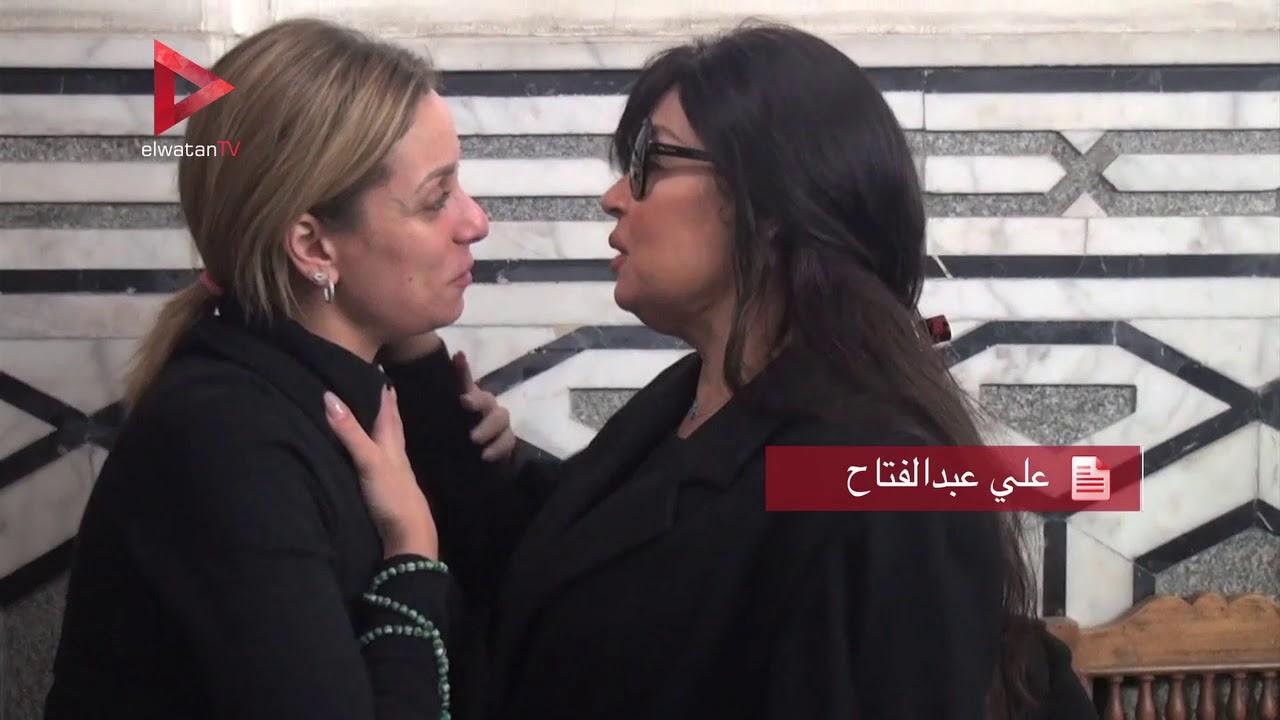 الوطن المصرية:ريم البارودي تقبل يد فيفي عبده في عزاء شقيقة طلعت زكريا
