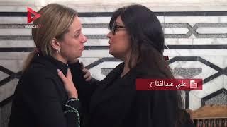 ريم البارودي تقبل يد فيفي عبده في عزاء شقيقة طلعت زكريا