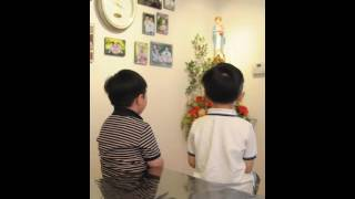 Hai anh em (5t) đọc kinh Đức Mẹ La Vang