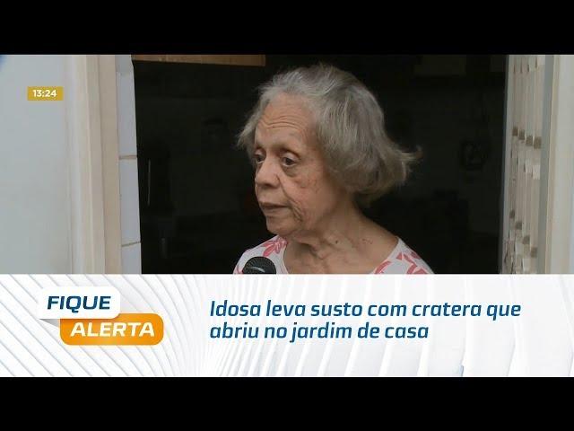 Idosa leva susto com cratera que abriu no jardim de casa na Ponta Verde