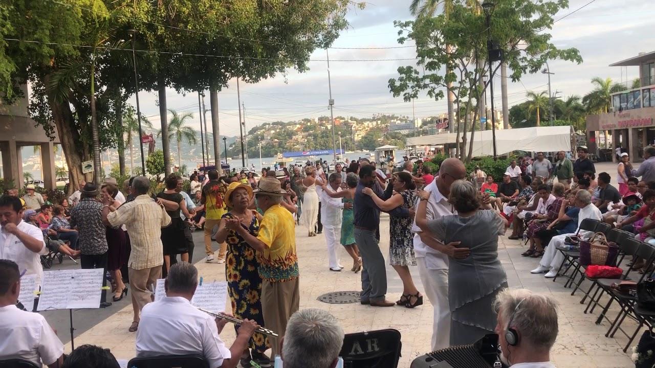 Bailando danzón en Acapulco Guerreo, jueves y viernes de danzón