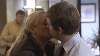 Gambar cover Dawn kisses Tim! | The Office Christmas Special | BBC Comedy Greats