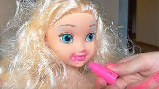 Мама подарила Маше куклу что бы учится пользоваться детской косметикой