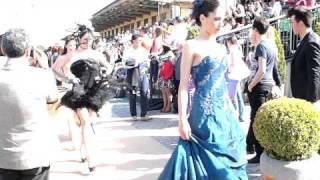 ダービーイタリアーノ当日のカパネッレ競馬場でのファッションイベント