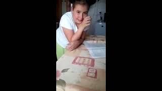 Мать 40 минут пыталась научить дочь видеть разницу между грибами и огурцами