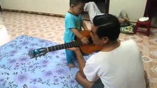 Siêu sao chơi đàn guitar và hát