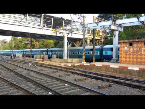 12939 Pune Jaipur Superfast Express arriving at Kalyan