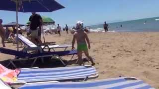 VLOG Греция  Саня помогает маме и едем на море(Привет всем. Меня зовут Оксана. И вот уже пять лет я живу в Греции на полуострове Пелопоннес в городе Пиргос...., 2014-07-14T17:09:55.000Z)