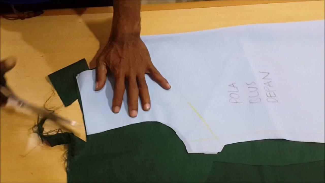 Cara menjahit blus perempuan LANGKAH 1 Memotong kain sesuai dengan pola 30ea27e4bc