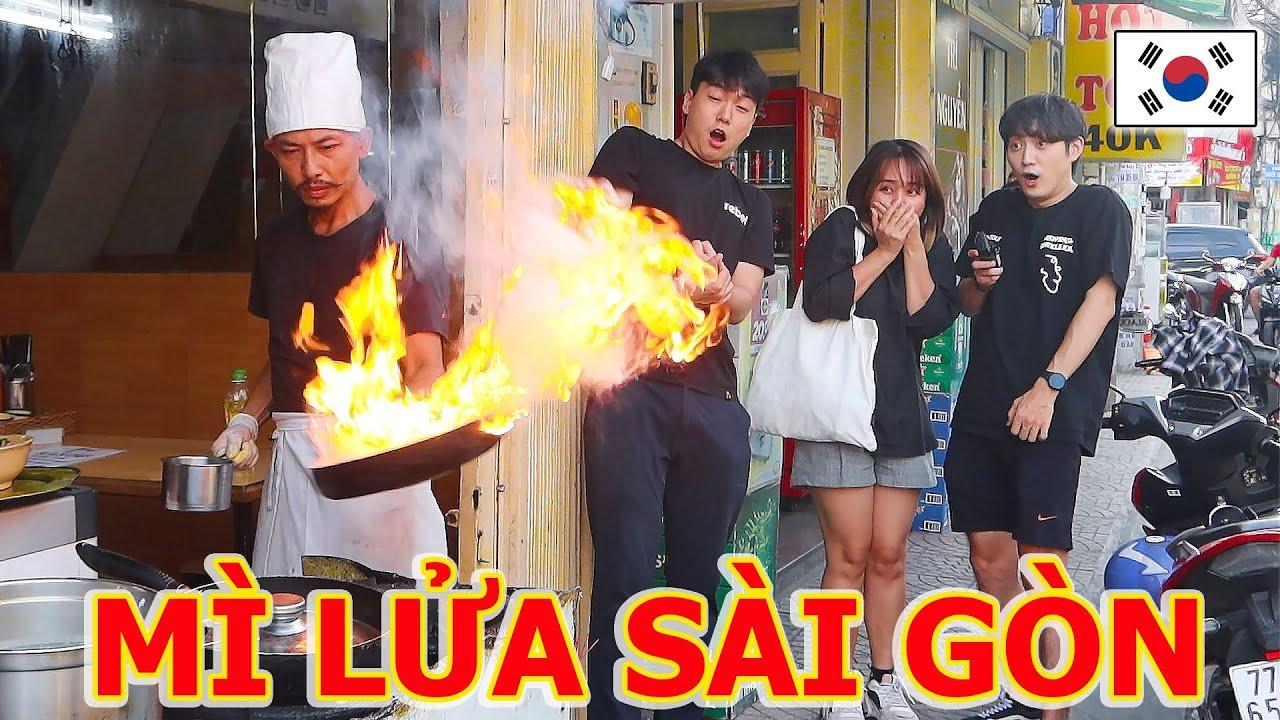 """Người Hàn choáng với """"công phu"""" Mì lửa siêu dị của anh đầu bếp Sài Gòn!!"""