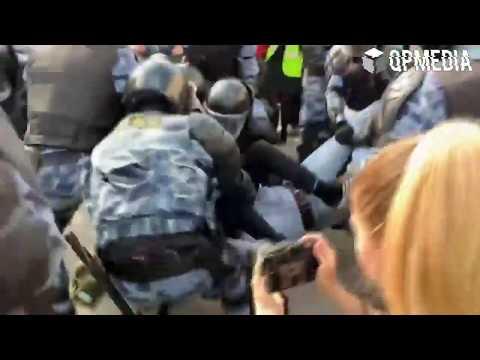 В Москве полиция проверяет бойца Росгвардии, который избил подростка на митинге 3 августа
