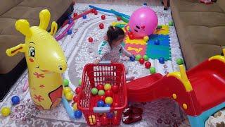 Evi Oyun Alanına Çevirdik Eflin Nur Kırmızı Kaydıraktan Renkli Topları Yuvarladı Funny Fun Kids