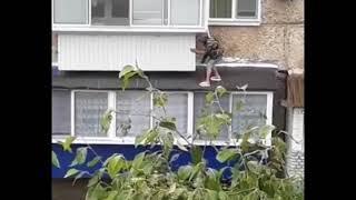 Биробиджанская женщина-кошка пенсионного возраста перемещается по балконам