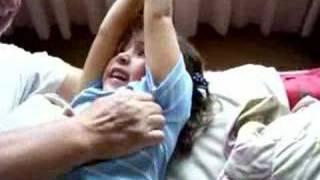 Repeat youtube video Mª Gabriela y Momo (cosquillas)